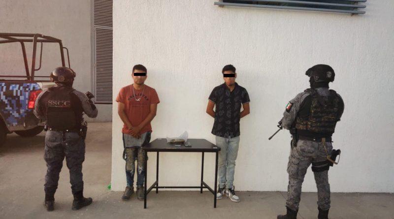 Detienen a dos con posesión de presunta droga